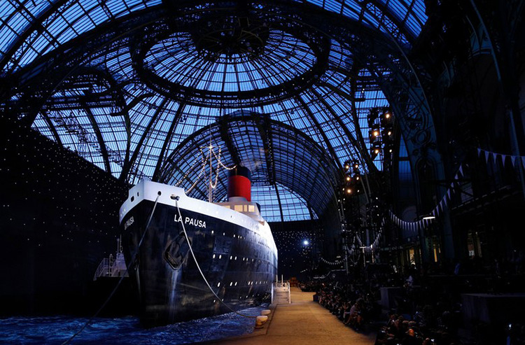 Чудный корабль и большое количество звезд: встолице франции состоялся показ Chanel Resort 2019