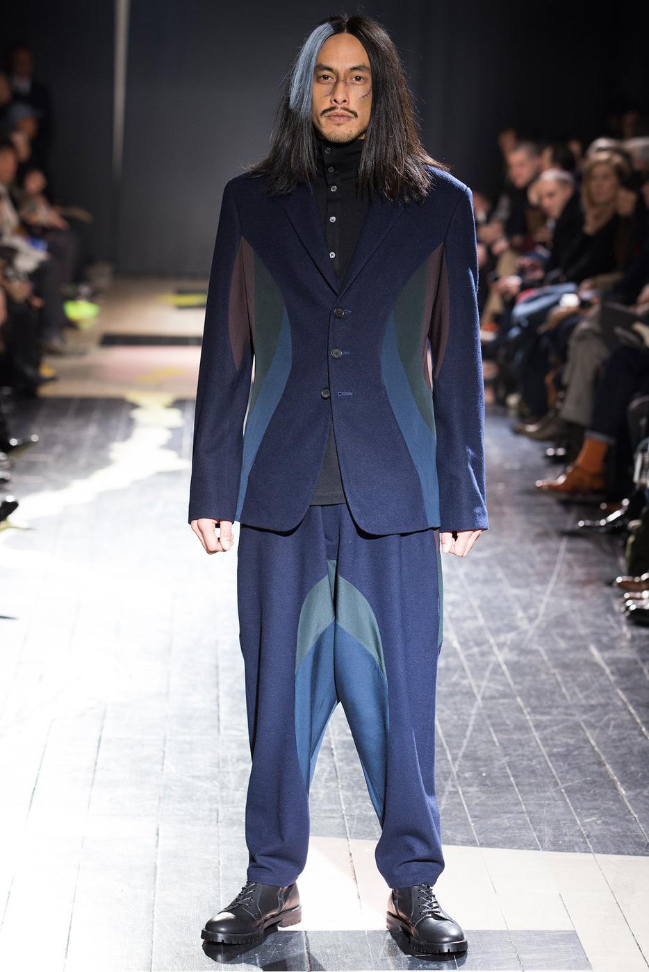 Это утверждение касается и мужских костюмов: в 2015 году в моде покрой костюмов, в которых щеголяли мужчины в 70-х годах прошлого века