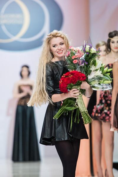 068713ae46cd На подиуме Гостиного двора в рамках Недели моды в Москве дизайнер Элеонора  Амосова представила новую коллекцию эксклюзивной одежды из кожи и замши  «ETNIKA» ...