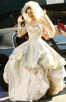 Роскошное свадебное платье, в котором безуспешно попыталась выйти замуж героиня фильма «Секс в большом городе» Кэрри Брэдшоу, создала британский дизайнер
