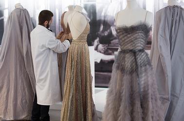 Видео: Как дом Dior создает наряды haute couture