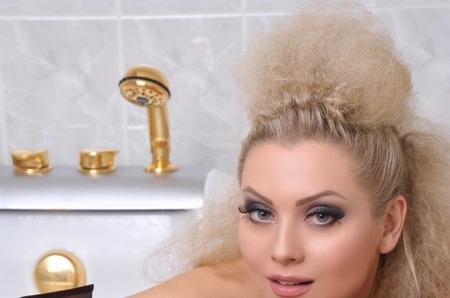 Жених Лены Лениной обмазывает ее грязью