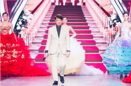 Смотреть В Кремле прошел юбилейный модный показ Юдашкина видео
