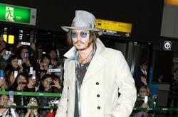 Джонни Депп (Johnny Depp) предпочитает свободные штаны.