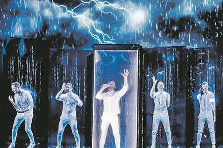 Сергей Лазарев в эффектных костюмах от Philipp Plein на Евровидении 2019