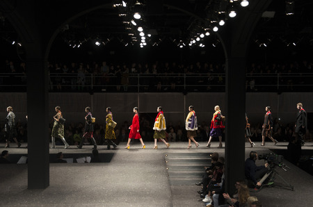 Prada и Versace проведут дефиле в режиме онлайн
