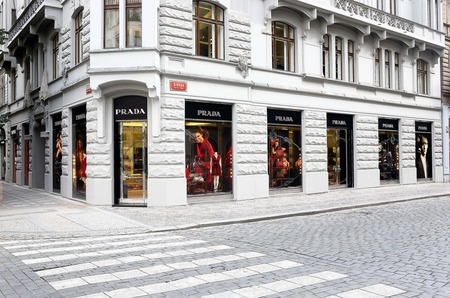 Марка Prada делает ставку на онлайн-продажи