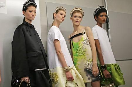 Дом Prada откажется от скидок на свои продукты