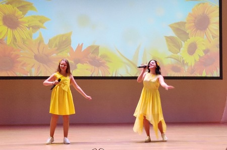 На конкурсе «Две звезды» педагоги пели со школьниками