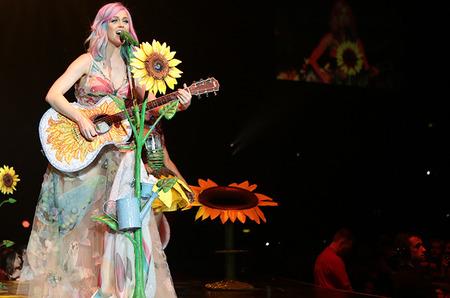 Известные дизайнеры создали костюмы для Prismatic Tour Кети Перри