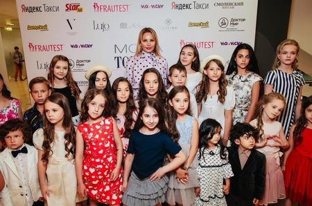 Журнал MODA topical наградил самых ярких звездных мам 2019 года!