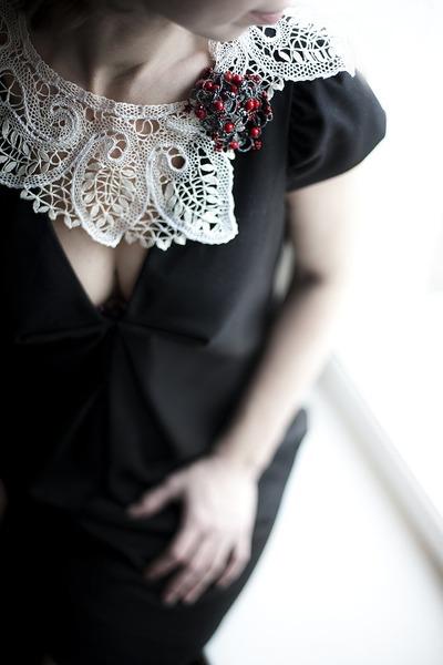 ...черное платье типа футляр, столь любимое Коко Шанель, а к нему...