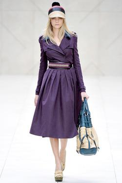 Модели вышли в забавных шапочках и юбках миди.  Яркие цвета и полосы.