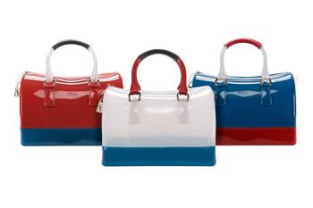 Модели. сумок Furla Candy , сочетающие морскую тему и фирменный стиль марки, внимание к деталям и безупречный выбор...