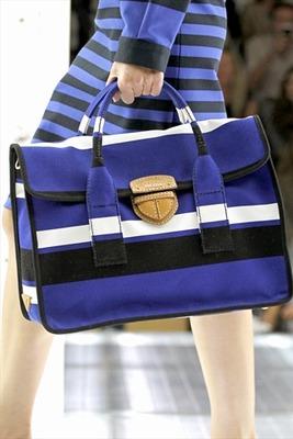 Многие дизайнеры при создании коллекций модных женских сумок обратили свои взоры на стиль семидесятых...