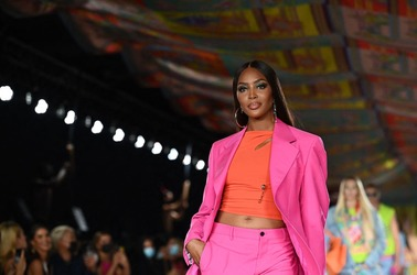 Неон, булавки и ещё 5 горячих трендов новой коллекции Versace
