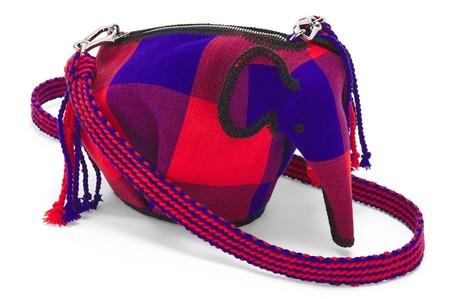 Новая мини-сумка Loewe в виде слона помогает благотворительности