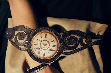 В поисках утраченного времени: сумки-часы Елены Чекризовой