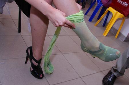 Must trend: колготки поверх туфель